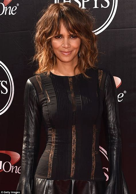 catwoman black actress halle berry channels catwoman at 2015 espy awards daily