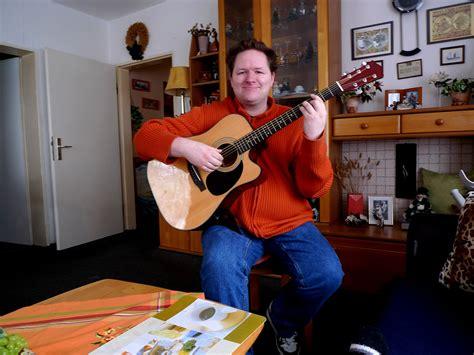stuhl zum gitarre spielen sitzposition beim gitarre spielen