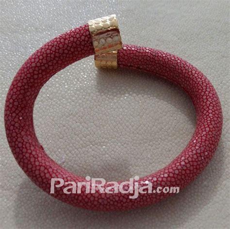 Gelang Kulit Asli Anyaman Merah Model Kancing Dan Ring G008 gelang gilig kulit ikan pari merah 1 kerajinan kulit ikan pari