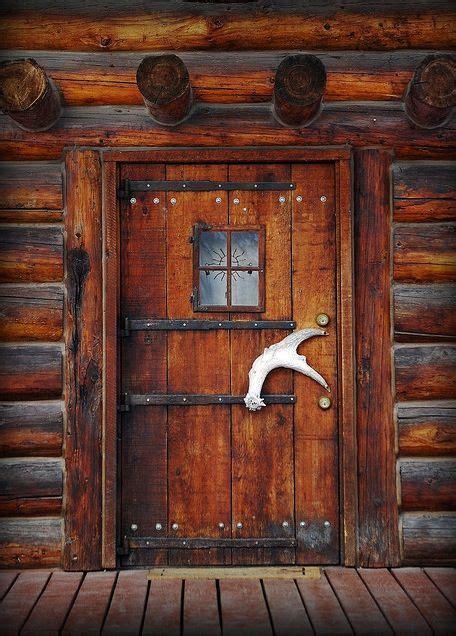 cabin door interesting antler handle rustic decor ideas