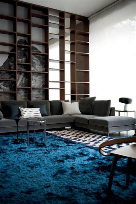 blau weißer teppich graue wandfarbe wohnzimmer