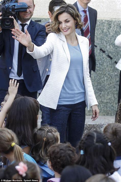 queen letizia is chic in white as she welcomes panamas queen letizia of spain visits marqu 233 s de santillana school