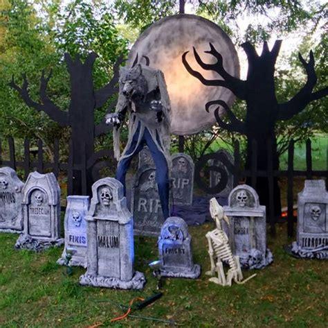 create  spooky halloween werewolf scene