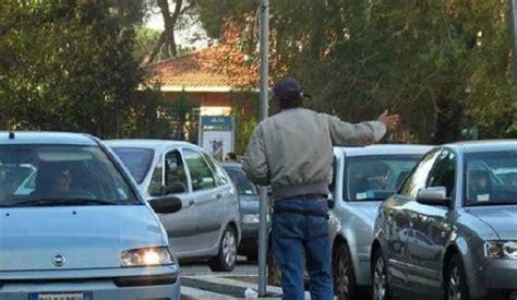 ufficio contravvenzioni napoli guerra ai parcheggiatori allontanati 12 abusivi da napoli