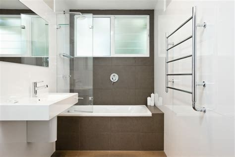 kleine badezimmer makeover ideen badewanne kleines bad energiemakeovernop