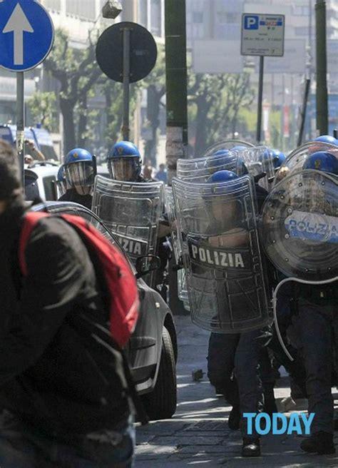 uffici equitalia napoli proteste e scontri davanti agli uffici equitalia a napoli