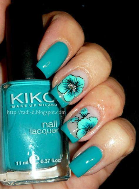 imagenes de uñas acrilicas color verde menta u 241 a de gel con esmaltado en azul y decorada con pintura