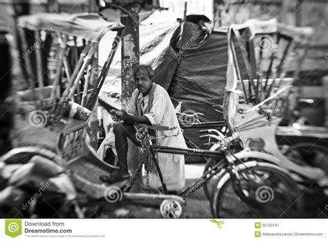 challenges of merce in india un homme colporte un pousse pousse de cycle 224 varanasi