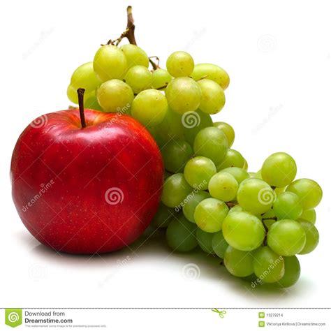 imagenes de uvas y manzanas uvas rojas de la manzana y del verde imagenes de archivo