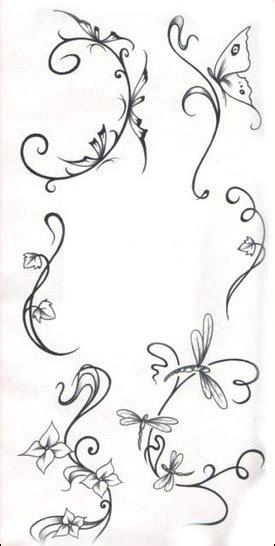 lettere gotiche da stare tatuaggi con fiori tanti disegni floreali per il tuo corpo