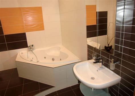 badezimmer eckbadewanne modernes badezimmer wei 223 gefliest aufgelockert mit