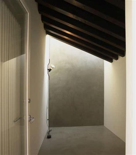 illuminare una mansarda idee per l illuminazione di una mansarda con tetto in legno