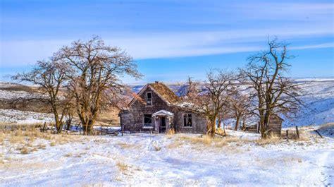 rumah misterius  tengah pemandangan indah   bikin