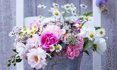 composizioni di fiori come fare una composizione di fiori bellissima leitv
