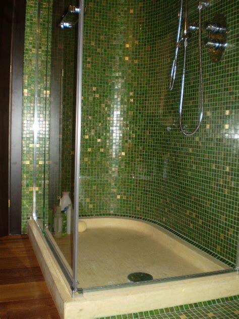 docce mosaico stunning della zona doccia in mosaico e pavimento in legno