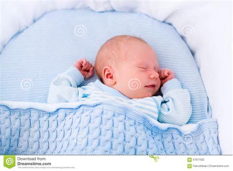 bebes en la cuna beb 233 reci 233 n nacido en la cuna blanca foto de archivo