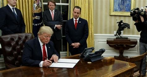donald trump in oval office glupi dogovor doveo australsko američke odnose na nisku