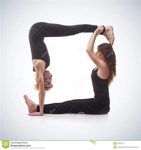 imagenes mujeres yoga yoga emparejada en un fondo azul imagenes de archivo