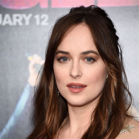 dakota johnson debuts long hair at the how to be single premiere vogue