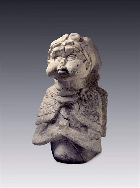 escultura  presenta tres cuartas partes del cuerpo de