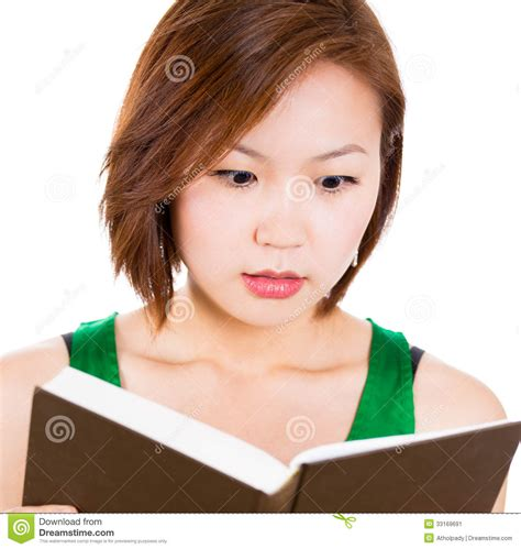 libro ellas hicieron historia mujer hermosa sorprendida por la historia que ella est 225 leyendo en su libro