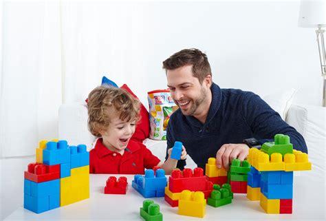 imagenes de niños jugando con sus padres first builders coches en la ciudad juego de