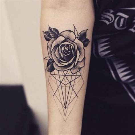 tattoo mandala bras tatouage de femme tatouage roses noir et gris sur bras