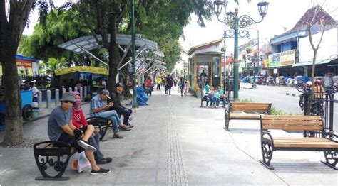 Kursi Taman Yogyakarta 7 syarat trotoar yang baik dan contohnya infiniferro