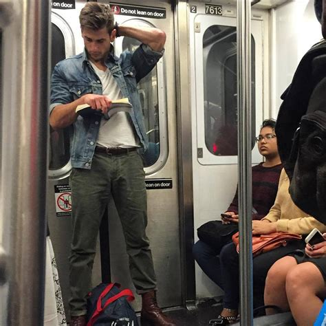 Spycam Model Kancing top hombres guapos leyendo en el metro cabroworld