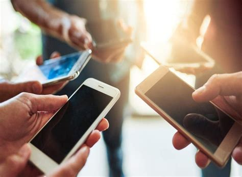 persona con movil en promedio una persona mira su celular cada 15 minutos