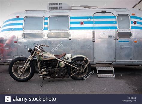 Harley Davidson Motorrad Alt by Alte Harley Davidson Motorrad Durch Ein Airstream