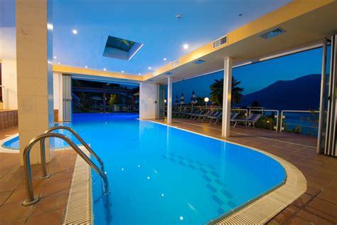 hotel con piscina interna zona relax sul lago di garda piscina riscaldata spiaggia