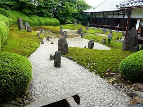 japanischer garten rasen wasser suseiki steine kies rasen und moos im