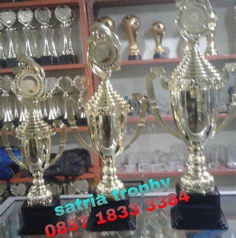 Plakat Satu Hari Jadi by Trophy Kejuaraan Pusat Tempat Pembuatan Dan Penjualan