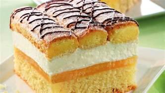 traumdeutung kuchen blechkuchen mit sahne und biskotten