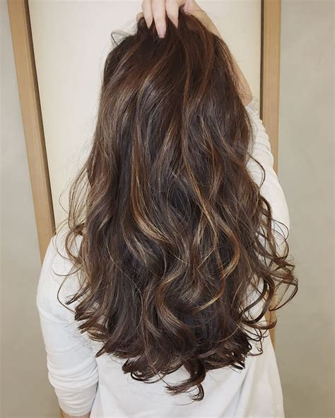 hair with highlights and lowlights highlights vs lowlights vs babylights and balayage vs