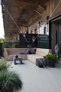 eckbank terrasse rustikale holz eckbank und pflanzen auf terrasse vor loft