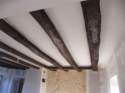 photo lasure des poutres du plancher peinture blanche au