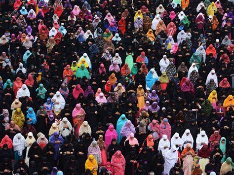 muslims mark eid al fitr around the world