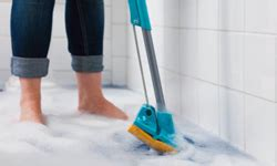 Bathtub Cleaning Tools by 2 Mop 5 Best Tools For Cleaning Your Bathroom 195 194