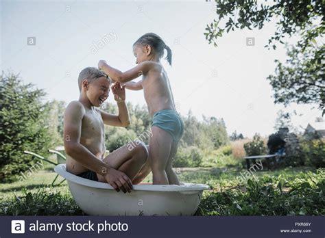 Sorella In Bagno Fratello E Sorella Gioca Con Acqua Nella Piccola Vasca Da