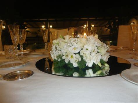 centrotavola con candele e fiori centrotavola con fiori e candele foto di ristorante