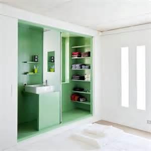 une salle de bain dans un placard pour les petits espaces