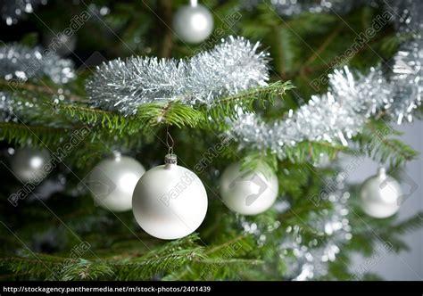 weinachbaum auf richnug silber geschm 252 ckten weihnachtsbaum mit kugeln und lizenzfreies bild 2401439 bildagentur