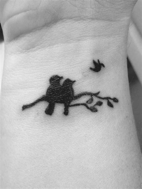 tatouage femme couple oiseaux sur une branche regardant