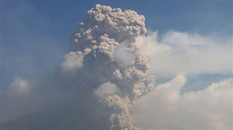 airasia volcano update flights resume after indonesian volcano s ash cloud causes