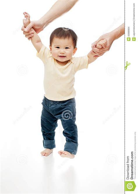 imagenes niños aprendiendo a caminar un beb 233 est 225 aprendiendo caminar aislado en blanco las