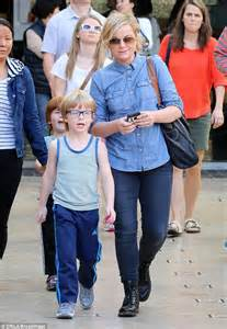amy poehler sons amy poehler pulls off tricky look as she steps out for