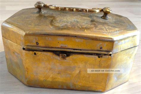 alte schatztruhe sehr alte schatztruhe aus silbrigen metal mit legierung