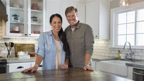 chip and joanna gaines facebook hgtv stars reveal they were broke before fixer upper